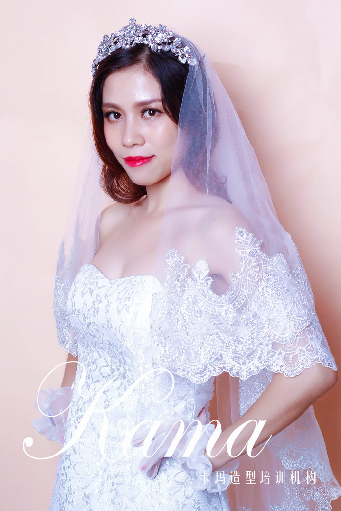 闪钻皇冠配精致蕾丝镶花饰边的头纱,在修饰妆容发型的同时与婚纱组合